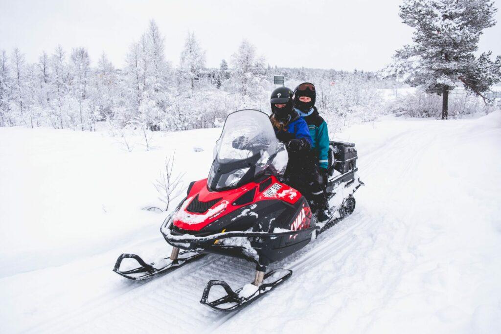 Sneeuwscootersafari door de bossen van Zweeds Lapland.