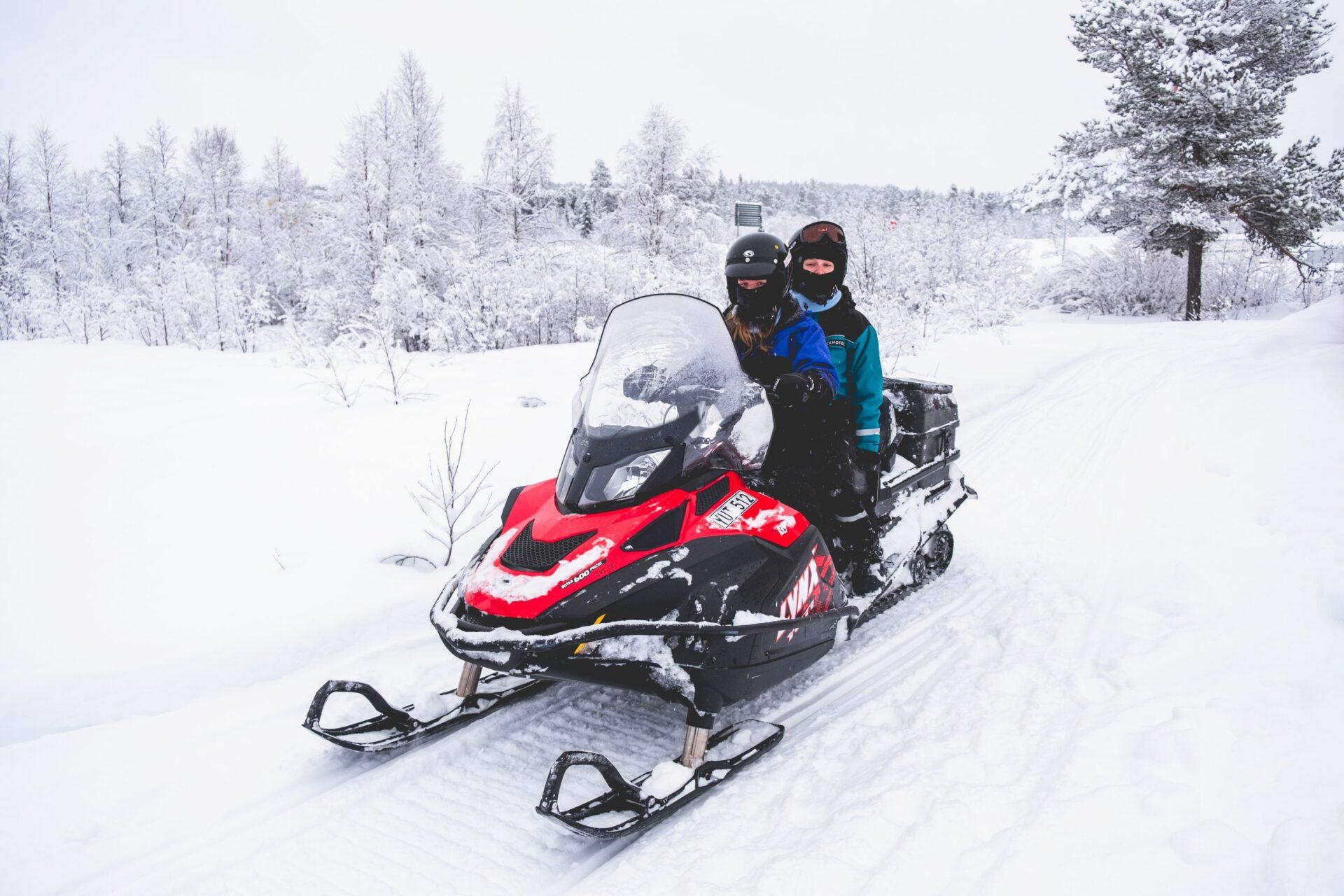 Sneeuwscootersafari door de bossen van Zweeds Lapland