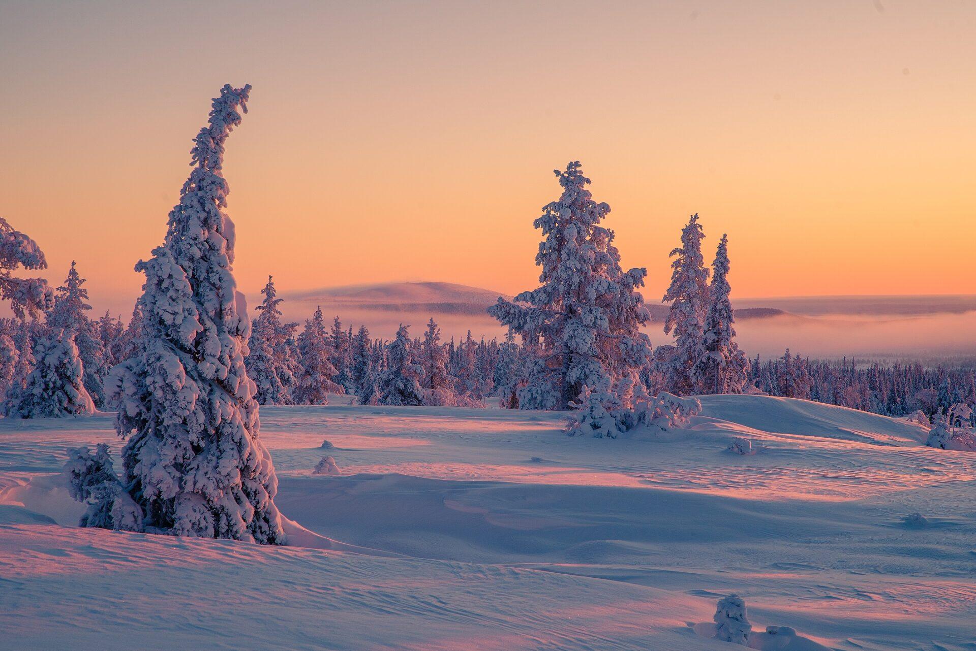 De laagstaande zon zorgt eind januari voor spectaculaire kleuren aan de hemel