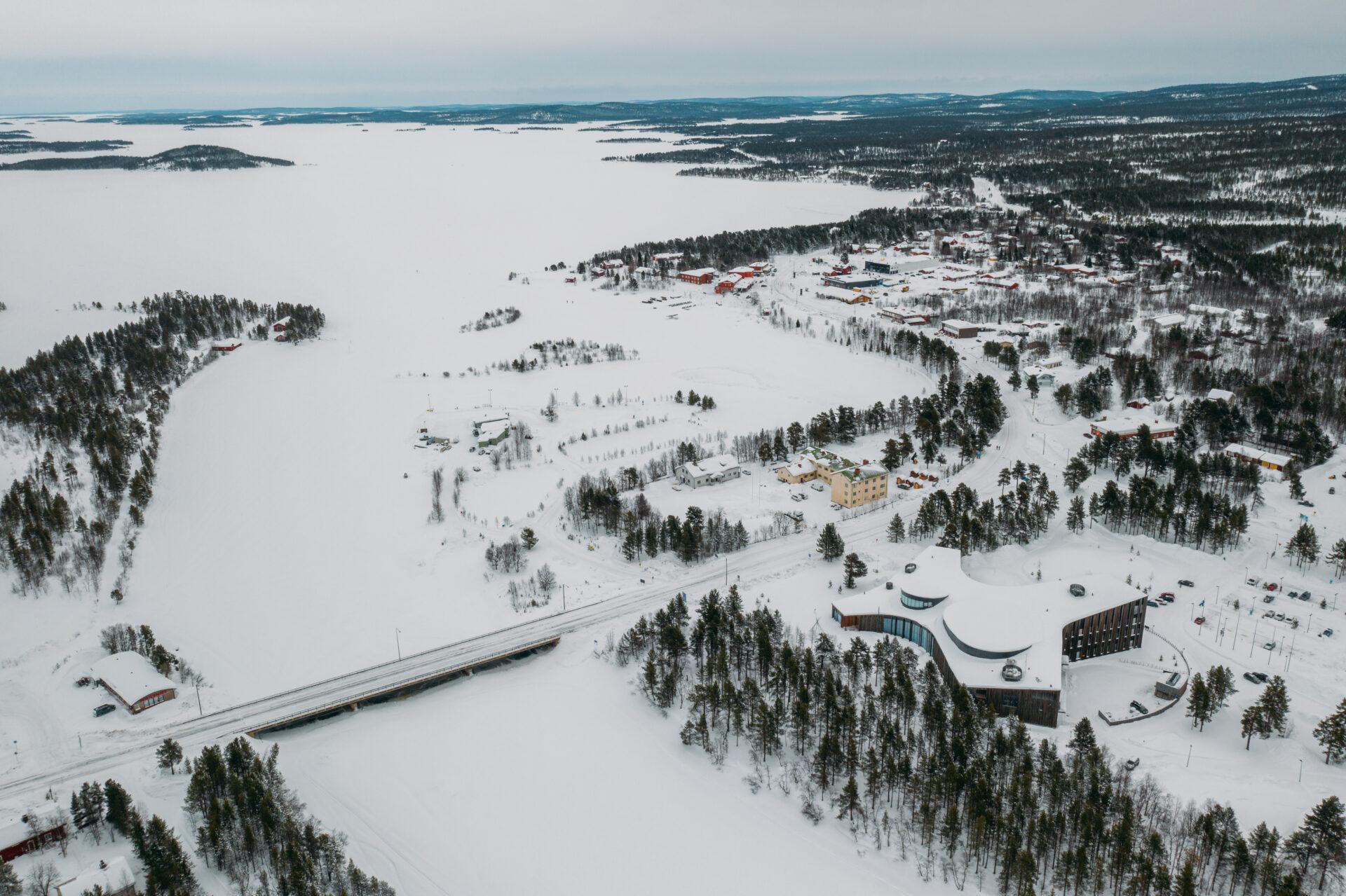 Luchtfoto van Inari en het Inari meer