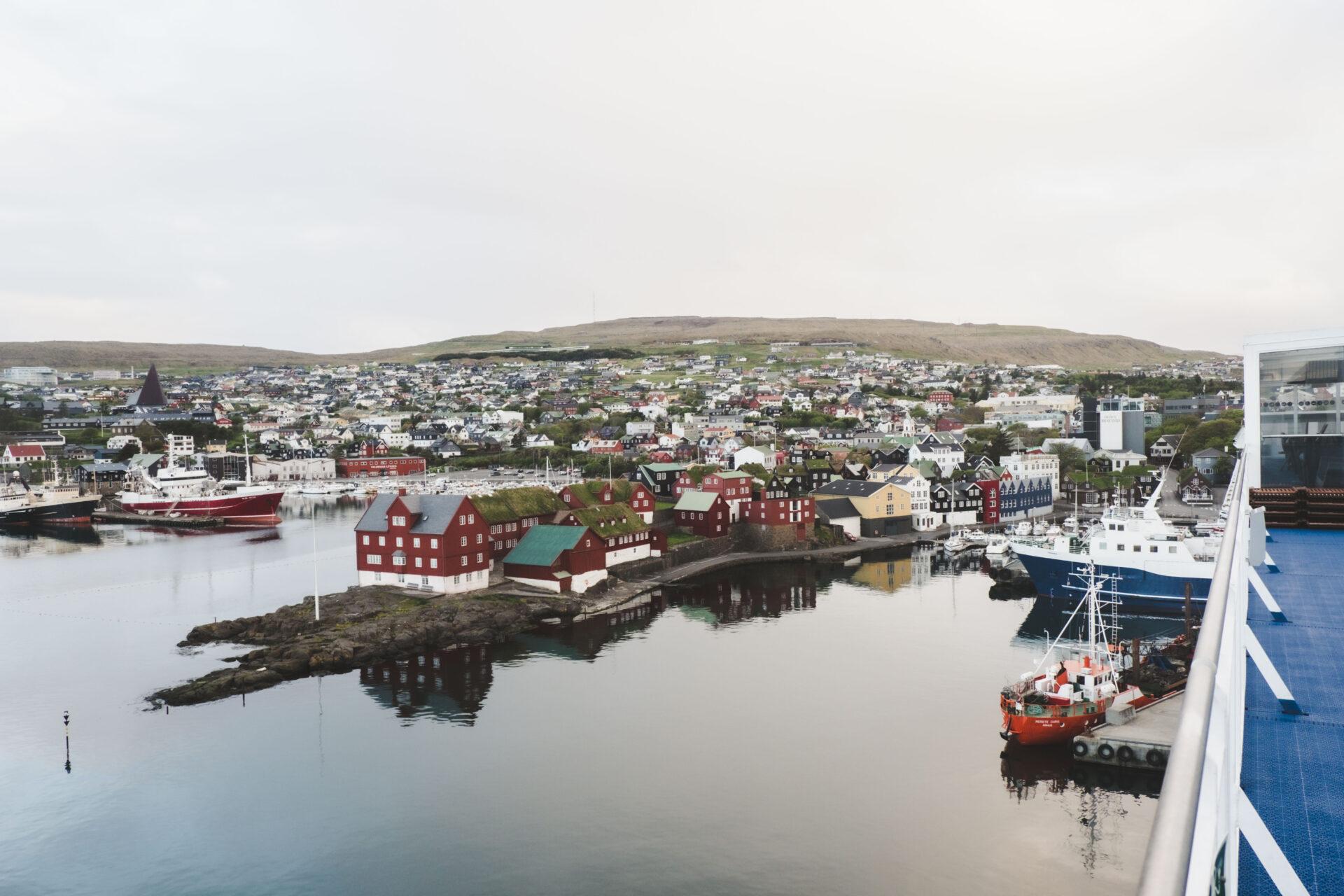Zicht op Torshavn vanaf Smyril Line