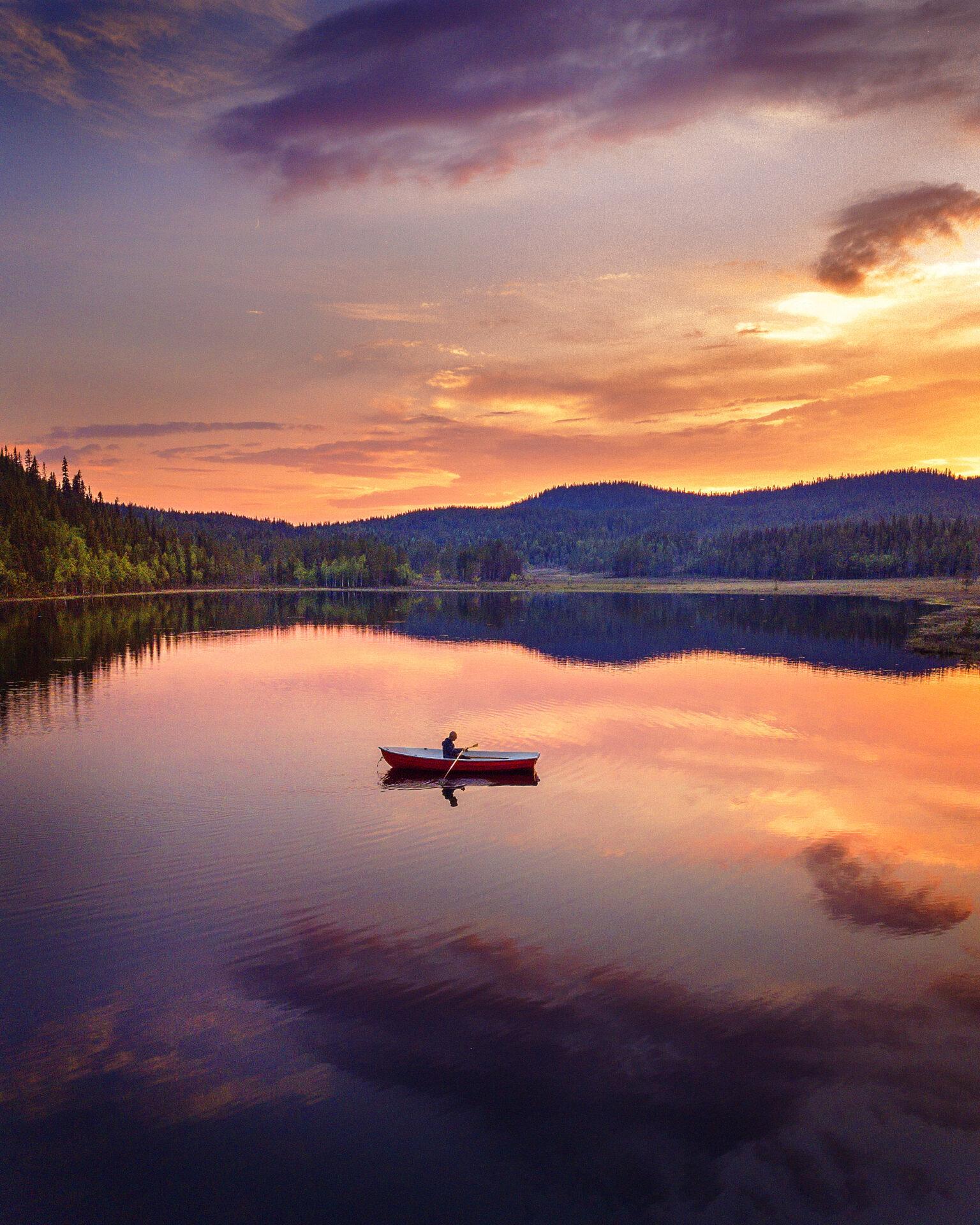De middernachtzon in Zweeds Lapland