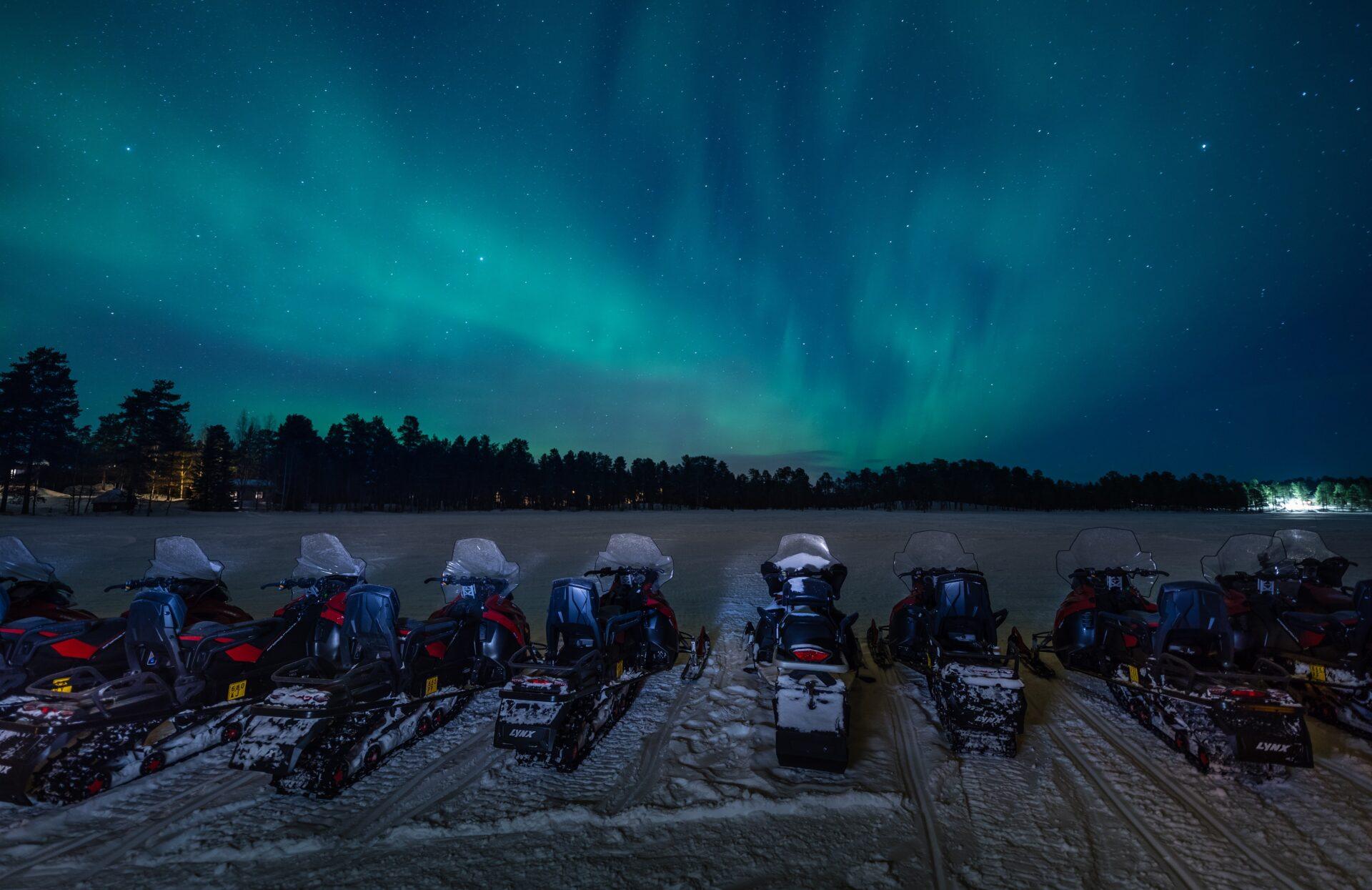 Noorderlicht en sneeuwscooters